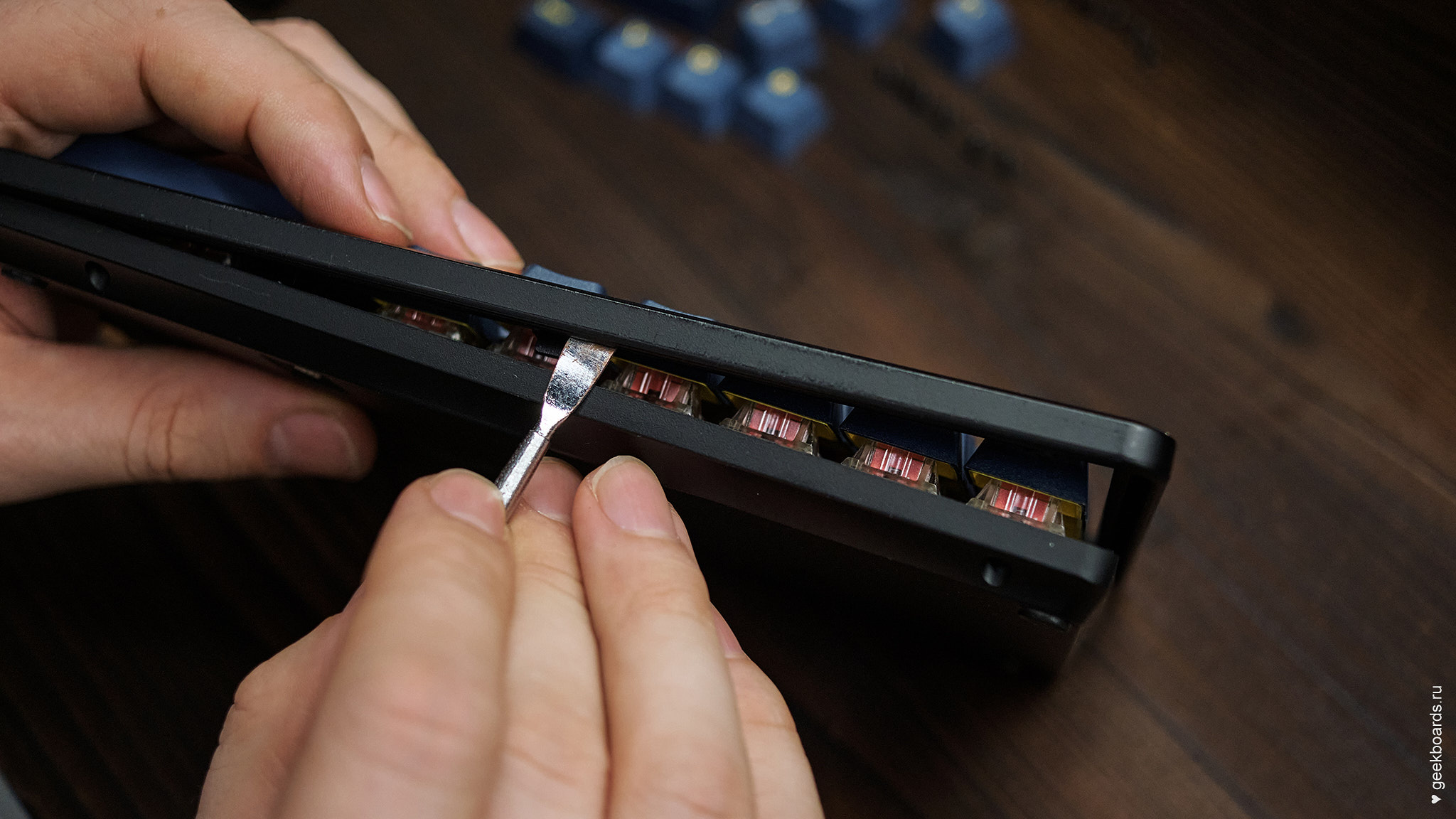 MISTEL BAROCCO MD770RGB BT BLACK отщелкиваем защелки